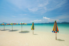 Färgrikt strandparaply Arkivfoton