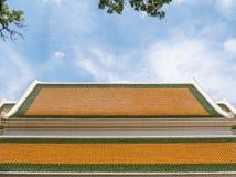 Färgrikt tak av den traditionella thailändska kyrkan royaltyfri bild