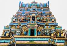 Färgrikt tak av en hinduisk tempel royaltyfri foto