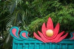 Färgrikt tak på den kinesiska templet Royaltyfria Foton