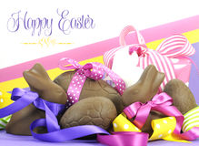 Färgrikt tema för påsk för rosa färg-, guling- och lilatema lyckligt Arkivbilder