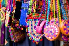 Färgrikt textil, hand - gjorda handpåsar som hänger i, shoppar i Gujarat arkivbild