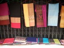Färgrikt thailändskt silke för försäljning Royaltyfria Bilder
