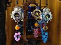 Färgrikt tibetant bönhjul med pärlor och metallgarneringar royaltyfria foton