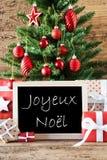 Färgrikt träd med text Joyeux Noel Means Merry Christmas Arkivbilder
