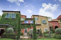 färgrikt trädgårds- hus arkivfoto
