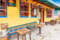 Färgrikt traditionellt typisk colombianskt hus royaltyfri fotografi