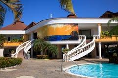 Färgrikt tropiskt hotell Arkivbild