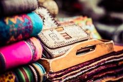 Färgrikt tyg på marknaden i Peru arkivbild