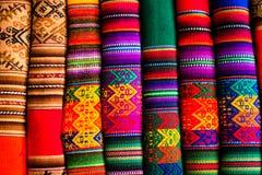 Färgrikt tyg på marknaden i Peru, Sydamerika Arkivbild