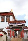 Färgrikt utfärda utegångsförbud för i den Songzanlin kloster i Zhongdian (Shangri-La), Royaltyfri Fotografi