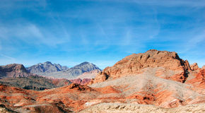 Färgrikt vagga berget i sjömjödet mot klar himmel, Nevad Arkivbild