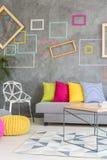 färgrikt vardagsrum arkivfoto
