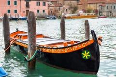 Färgrikt venetian gondolfartyg som parkeras i vattnet Royaltyfri Foto