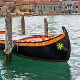 Färgrikt venetian gondolfartyg som parkeras i vattnet Royaltyfri Fotografi