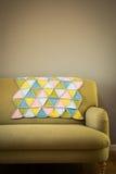 Färgrikt virkat Woolen dekorativt mattt på soffan royaltyfri bild