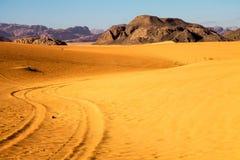 Färgsignaler i den Wadi Rum öknen royaltyfri fotografi