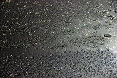 färgstänk av droppar från smältta snöflingor i ljuset av en lykta på en metallisk grå bakgrund fotografering för bildbyråer