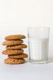 Färgstänk av mjölkar med kex på vit Royaltyfria Foton