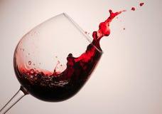 Färgstänk av rött och vitt vin fotografering för bildbyråer