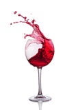 Färgstänk av rött vin i exponeringsglas arkivbilder