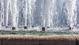 Färgstänk av springbrunnvatten i en solig dag Fotografering för Bildbyråer