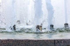 Färgstänk av springbrunnvatten med bubblor på yttersida Arkivbild