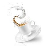 Färgstänk av te med mjölkar i den fallande koppen som isoleras på vit Royaltyfri Bild