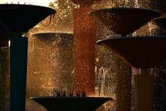 Färgstänk av vatten stoped i luften runt om stadsspringbrunnen Royaltyfria Bilder