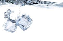 Färgstänk för iskub i det kyliga vattnet Royaltyfri Fotografi