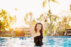 Färgstänk för vatten för brunettkvinnadanande i sexig bikini på pölen Banta den färdiga garva kvinnan som har gyckel i pöl Royaltyfri Bild
