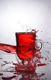 Färgstänk i exponeringsglas av funderat vin arkivbild