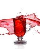 Färgstänk i exponeringsglas av funderat vin arkivfoto