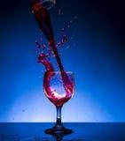 Färgstänkexponeringsglasrött vin arkivfoton