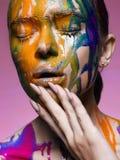 Färgstående av flickan i målarfärg arkivbilder