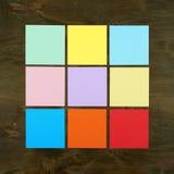 Färgstång från pappers- klistermärke på wood bakgrund i fyrkantig ramform Plan design och bästa sikt av manöverenhetsmenybegreppe Arkivfoto