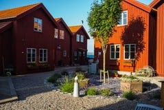 Färgtegelstenhus i en norsk port fotografering för bildbyråer