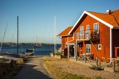 Färgtegelstenhus och fartyg i en port royaltyfria bilder