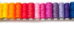 Färgtråd för att sy Vit bakgrund royaltyfri fotografi
