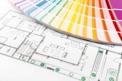 Färgval - målarfärgprövkopior med husgolvplan royaltyfri fotografi