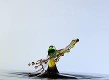 Färgwaterdrops kolliderar sig, som en hula sk Arkivfoto