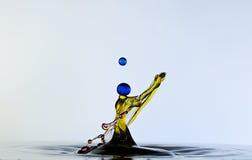 Färgwaterdrops kolliderar sig, som en kvinna. royaltyfri fotografi