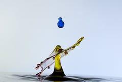 Färgwaterdrops kolliderar sig, som en mushroo Arkivbild