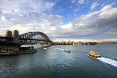 Färjaöverskrift in mot Sydney Harbour Bridge, Australien Arkivfoton