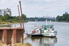 Färja över floden Elbe i Magdeburg Royaltyfri Bild