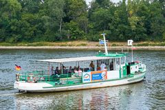 Färja över floden Elbe i Magdeburg Arkivfoto