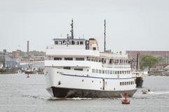 Färja Anna C ledande rad av fartyg ut ur den New Bedford hamnen Arkivfoton