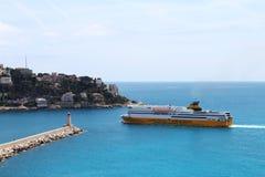 Färja att närma sig porten av Nice i Frankrike Royaltyfri Foto