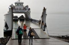 Färja bärande medel och passagerare från Hervey Bay till Fraser Island Queensland Australia royaltyfria bilder