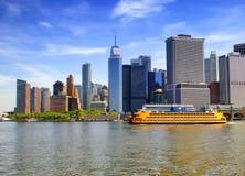 Färja för Staten ö med Lower Manhattanbakgrund arkivfoton